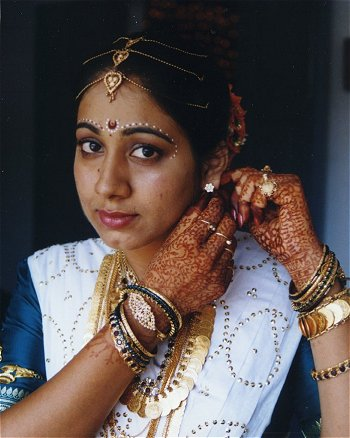 Bridal make-up (Bindi) http://www.kamat.com/kalranga/weddings/2720.jpg